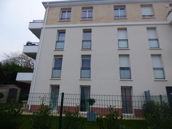 Sur la commune de SAINT PIERRE LES ELBEUF 76320, Bel appartement de type T2 de 42 m² avec jardin de 245 m² et emplacement parking privatif